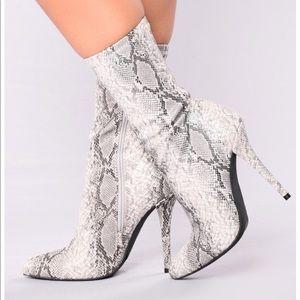 💥💥NWT Snake-Styled Bootie💥💥